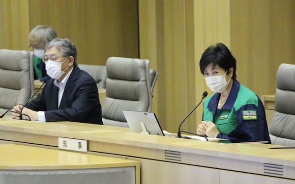 モニタリング会議に出席した小池百合子知事㊨(8日、都庁)