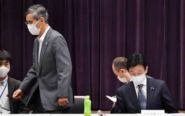 基本的対処方針分科会に臨む西村経財相(右)。左は尾身会長(8日午前、東京都千代田区)