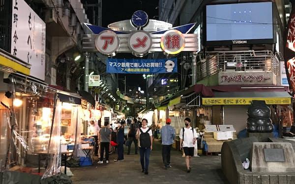 上野駅近くの「アメ横」では午後8時以降も多くの店が営業している(7日、東京・台東)