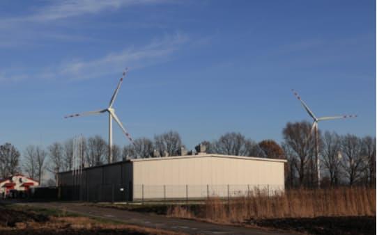 再生エネルギーと蓄電池を組み合わせて電力系統を安定させる