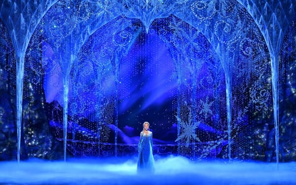 光の装飾のような舞台美術が鮮やか=ⒸDisney、阿部 章仁撮影