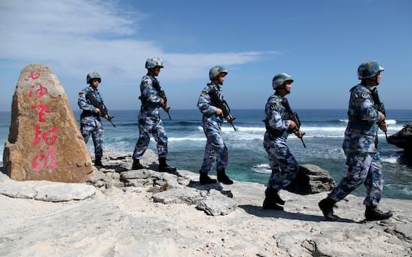 南シナ海の西沙(英語名パラセル)諸島をパトロールする中国海軍の兵士(2016年1月)=ロイター