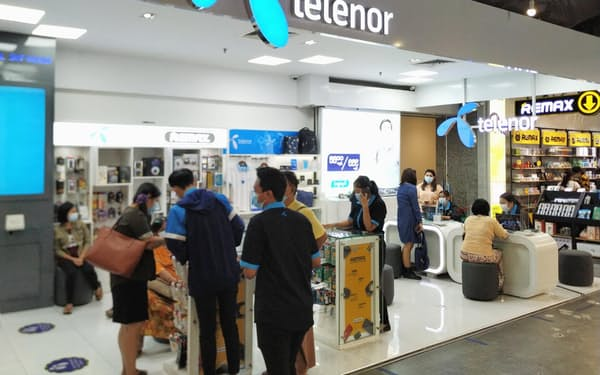 テレノールは通信の自由の尊重を訴えてきた(5月、ヤンゴンのショッピングセンター内の店舗)