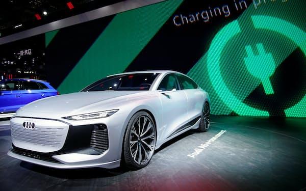 VW傘下のアウディは26年以降、新型車をEVだけにする=ロイター