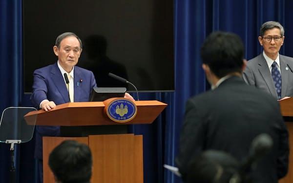 政府分科会の尾身茂会長(右)と並んで記者会見する菅首相(8日、首相官邸)