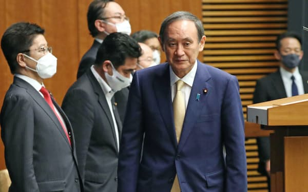 東京都への緊急事態宣言再発令などを決め、記者会見に臨む菅首相(8日、首相官邸)