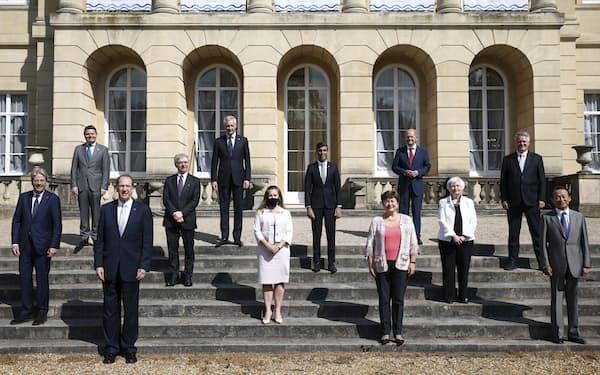 国際的な法人課税の見直しの議論は6月の主要7カ国(G7)財務相会合を経て加速した(財務相らの集合写真)=AP