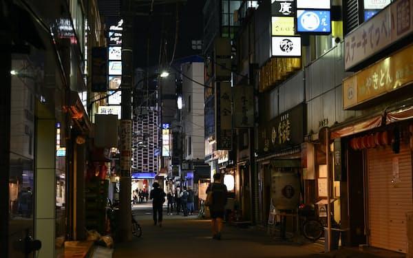 3度目の緊急事態宣言下で閑散とする東京・新橋の飲食店街(5月)