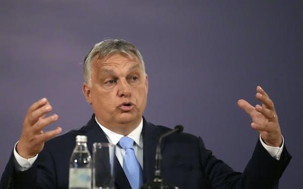 ハンガリーのオルバン首相(8日、訪問先のセルビア・ベオグラード)=AP