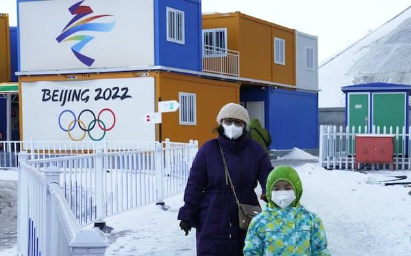 北京冬季五輪のロゴが見られる河北省張家口市の五輪関係施設(2020年12月)=AP