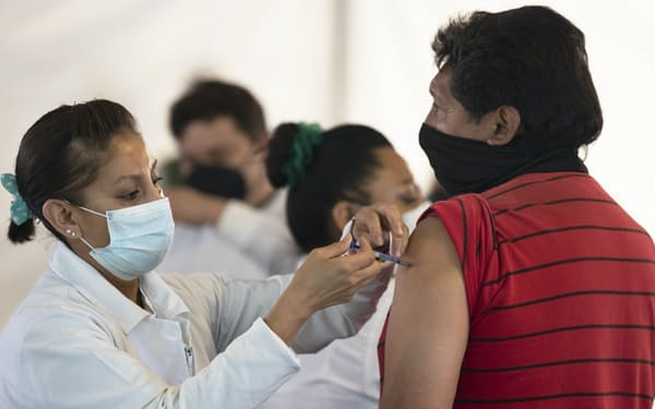 メキシコシティでワクチン接種を受ける男性(7日)=AP
