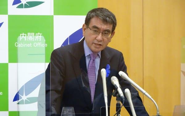 記者会見する河野規制改革相(9日、内閣府)