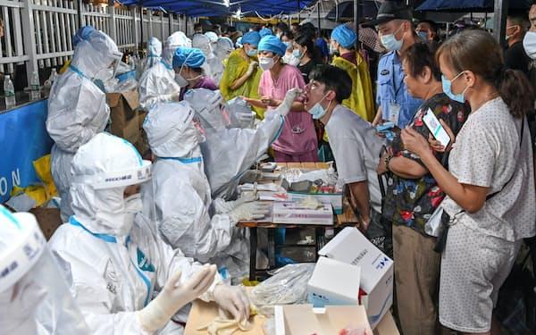 中国は徹底した検査などで新型コロナウイルスの感染拡大を封じ込めてきたと自負する=ロイター