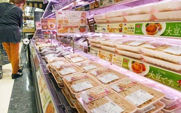 売り場に並ぶ大豆由来の植物肉(7月6日、東京都品川区のイオンスタイル品川シーサイド)