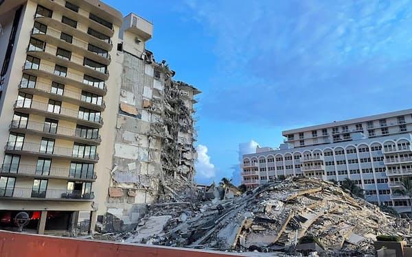 崩落した建物。床スラブなどが折り重なっている。フロリダ州は地震が少なく、マイアミ・デイド郡はハリケーンの常襲地帯であることから、地震ではなく風荷重に耐えるよう設計していたとみられる(写真:マイアミ・デイド郡消防署)