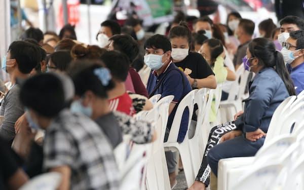 新型コロナウイルス検査の順番待ちをする市民(8日、バンコク)=AP
