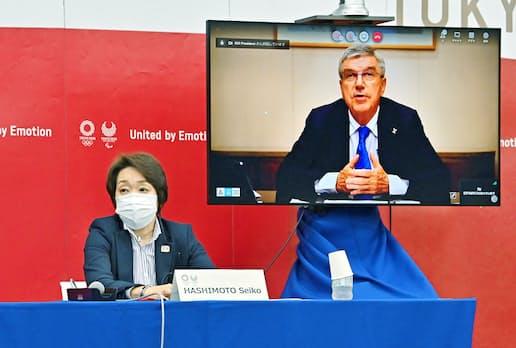 5者協議に臨む組織委の橋本会長(左)とIOCのバッハ会長(8日、東京都中央区)=代表撮影