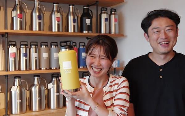 グラウラーブランド「SANPONI」を企画した清水さん(左)と高岡さん(福井市の屋上バーブリッジ)