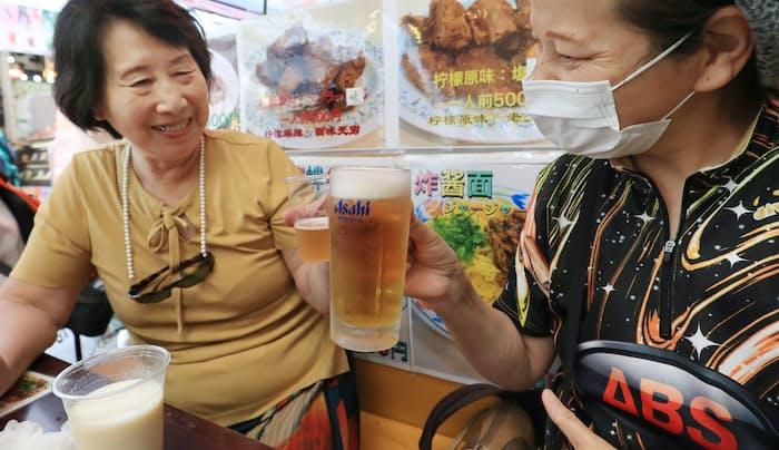 東京・上野のアメ横商店街の飲食店でアルコールを楽しむ人たち(6月21日)