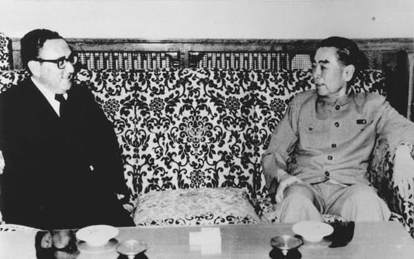 北京を訪れ、中国の周恩来首相(右)と会談するキッシンジャー米大統領補佐官(1971年7月)=UPI・共同