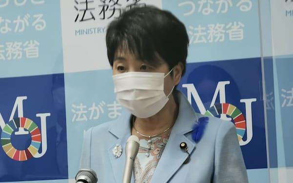 記者会見する上川法相(9日)