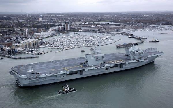 英空母「クイーン・エリザベス」=2017年11月、英南部ポーツマス=ゲッティ共同