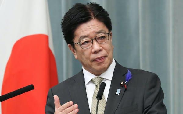 記者会見する加藤官房長官(9日、首相官邸)