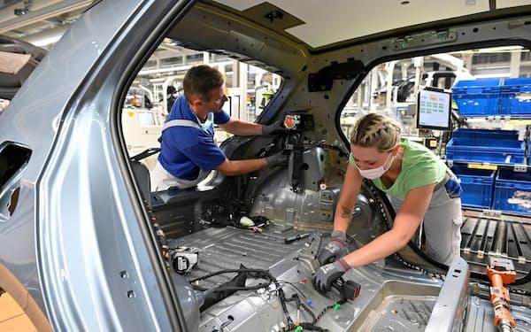 メーカーは欧州の厳しい環境規制に対応を迫られる(ドイツのフォルクスワーゲンの工場)=ロイター
