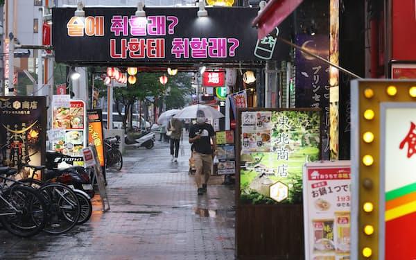 看板に明かりがともった飲食店街(8日、名古屋市中区)