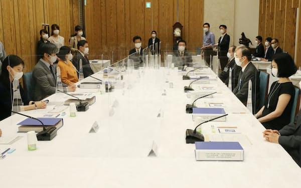 首相官邸で開かれた皇位継承のあり方に関する有識者会議(9日)