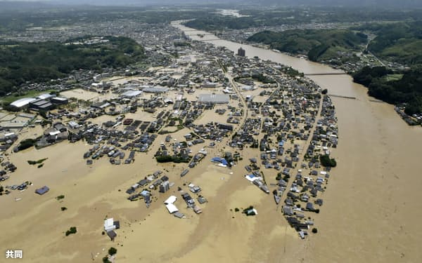 線状降水帯の発生に伴う豪雨で氾濫した球磨川(2020年7月、熊本県人吉市)