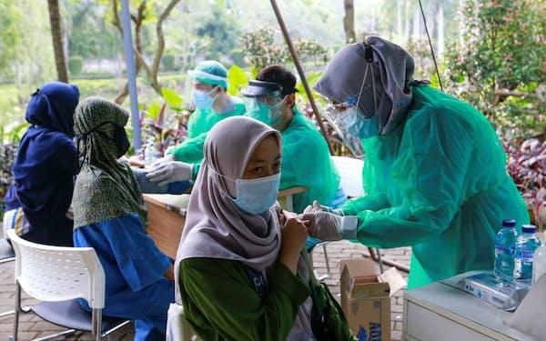 インドネシアでは18歳以上の若年層のワクチンの接種が進む(8日、ジャカルタ)=ロイター