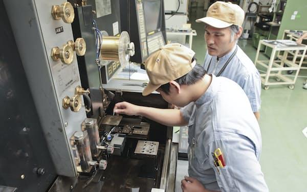 モーターコアの金型を調整する三井ハイテックの技術者
