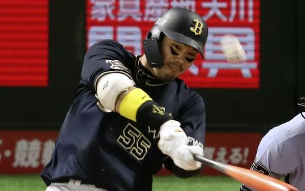 6回オリックス無死、T―岡田が右越えに本塁打を放つ(9日、ペイペイドーム)=共同