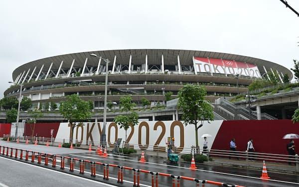 五輪開催を間近に控えた国立競技場周辺(8日、東京都新宿区)
