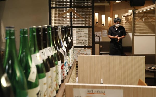 新型コロナウイルス禍で居酒屋は苦境にあえいでいる(東京・新宿)=共同