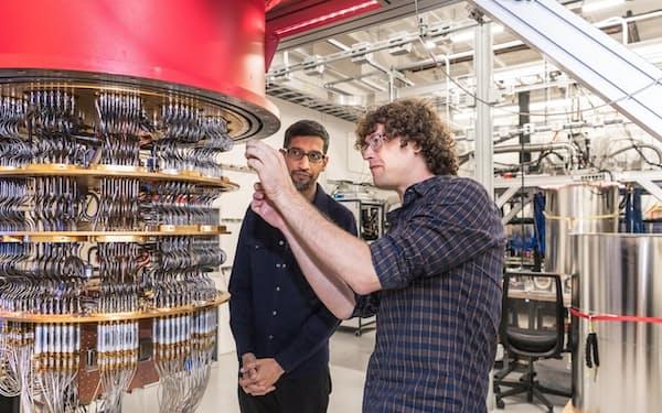 グーグルが開発した量子コンピューター。左はピチャイ最高経営責任者(CEO)=グーグル提供