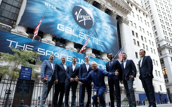 実業家リチャード・ブランソン氏(右から4人目)の宇宙旅行ベンチャー、バージン・ギャラクティックはSPACとの合併によって2019年にニューヨーク証券取引所に上場した=ロイター