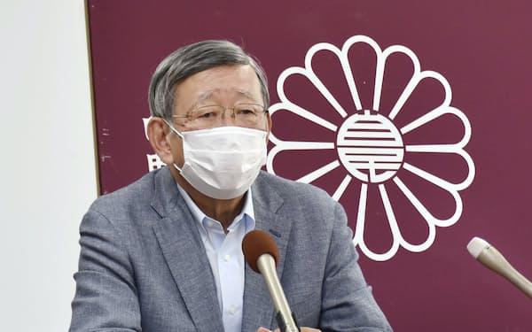 記者会見で引退を表明する自民党の川崎二郎元厚労相(10日午後、津市)=共同