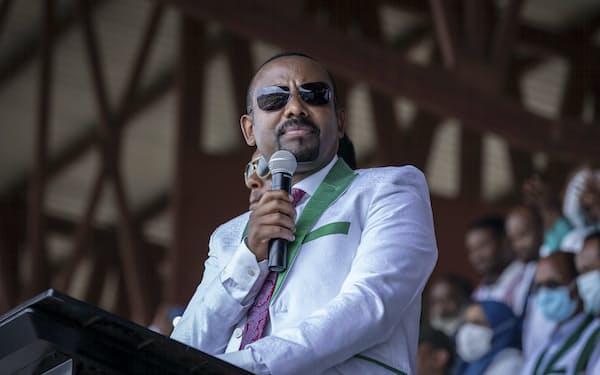 6月に実施したエチオピア総選挙はアビー首相率いる与党「繁栄党」が勝利した(選挙戦で演説するアビー氏)=AP
