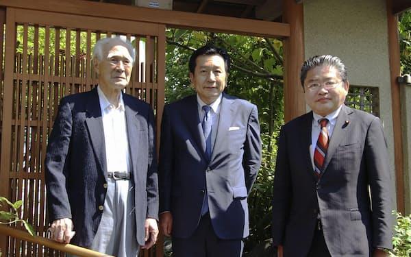 村山富市元首相(左)の自宅を訪れた立憲民主党の枝野代表(中央)と吉川元・衆院議員(11日午前、大分市)=共同