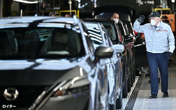 日産のサンダーランド工場を訪れるジョンソン英首相(7月)。英国は自動車業界への投資誘致に躍起だ=ロイター