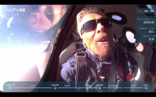 宇宙飛行に成功したブランソン氏=ヴァージンの中継映像から