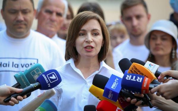 11日、首都キシニョフで投票後、記者団の質問に答えるサンドゥ大統領=ロイター