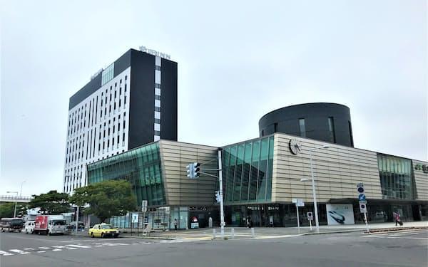 JRイン函館㊧は函館駅に隣接している