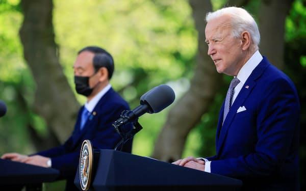 共同会見するバイデン米大統領(右)と菅首相=4月、ワシントンのホワイトハウス(ロイター=共同)