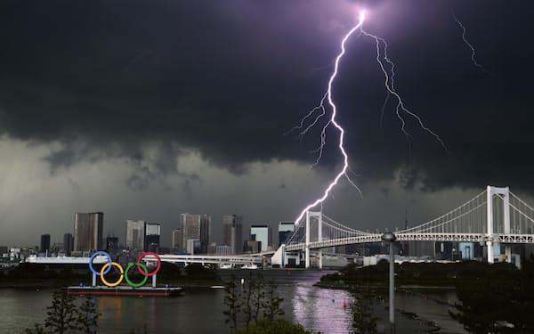 台風やゲリラ豪雨はこれからが本番だ(7月11日、東京都内=共同)