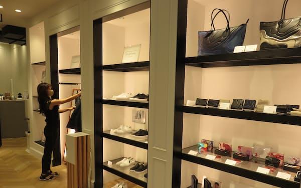 「ザ・クラフテッド」には各地の若手後継者が新規事業で開発した商品が並ぶ(東京・銀座)