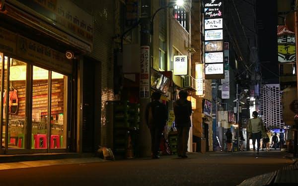 コロナ禍で外食などのサービス消費は低迷している(東京・新橋の飲食店街)