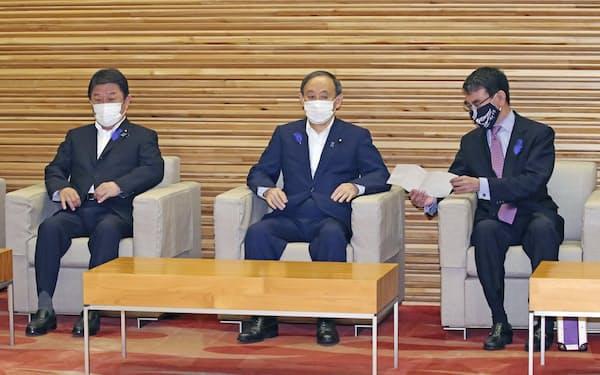 閣議に臨む茂木外相(左)(9日、首相官邸)=共同